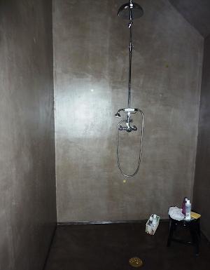 salle de bain béton ciré avec douche à l'italienne béton ciré design donne du cachet ç la salle de bain par Les Bétons de Clara spécialisé dans le pose du revêtement en béton ciré