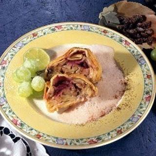 Frischkäse-Früchte-Strudel mit Rotweinsauce