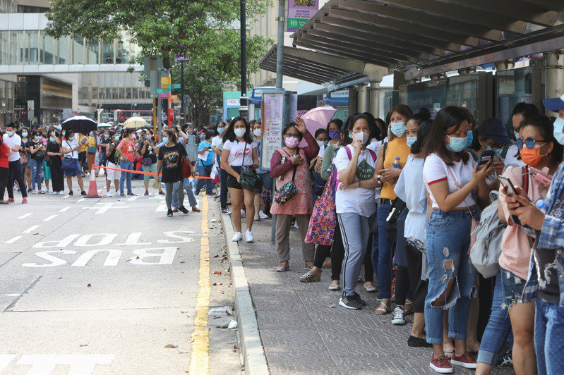 In response to foreign domestic helpers who have been diagnosed with a variant of the new crown virus, the Hong Kong government requires all domestic domestic helpers to undergo mandatory testing on or before May 9.  The picture shows the Central Sampling Station, with more than 1,000 people queuing for testing.  (China News Service)
