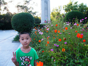 Photo: son, warrenzh 朱楚甲, brought hanging out by visiting father, benzrad 朱子卓, after a sunny day, celebrating the nice weather. here warrenzh posed among the community garden.