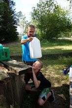 Photo: Når man ikke kan finde sit krus, må man drikke af dunken