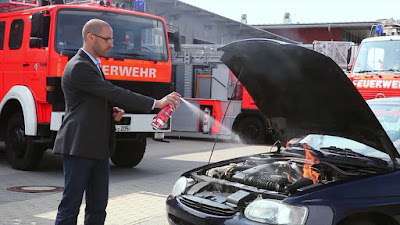 Fahrzeugbrand mit Feuerlöschspray FLS580 von ABUS löschen