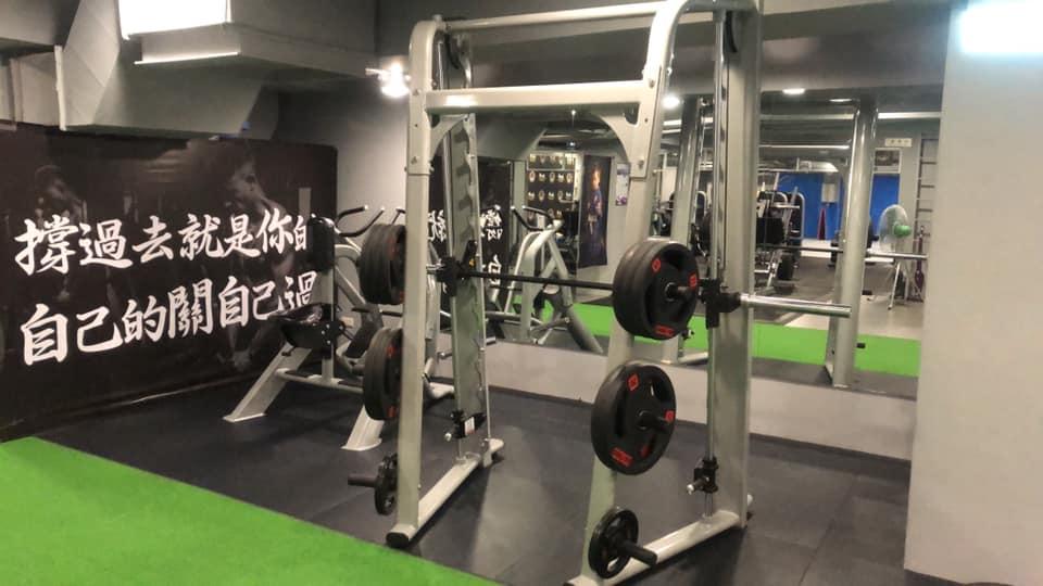 拳士瘋西屯區健身房裡,隨處可以看見激勵人心的運動標語。