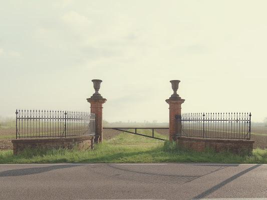 Il cancello del campo di Luca Biasotto