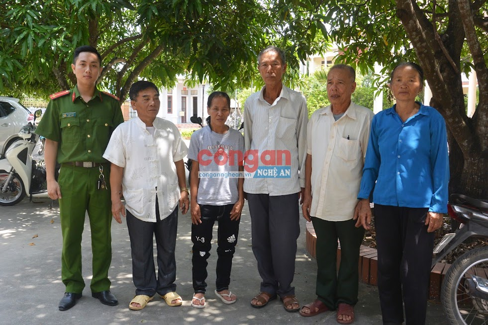 Phòng Cảnh sát hình sự bàn giao chị Hồ Thị Hiền cho những người thân trong gia đình