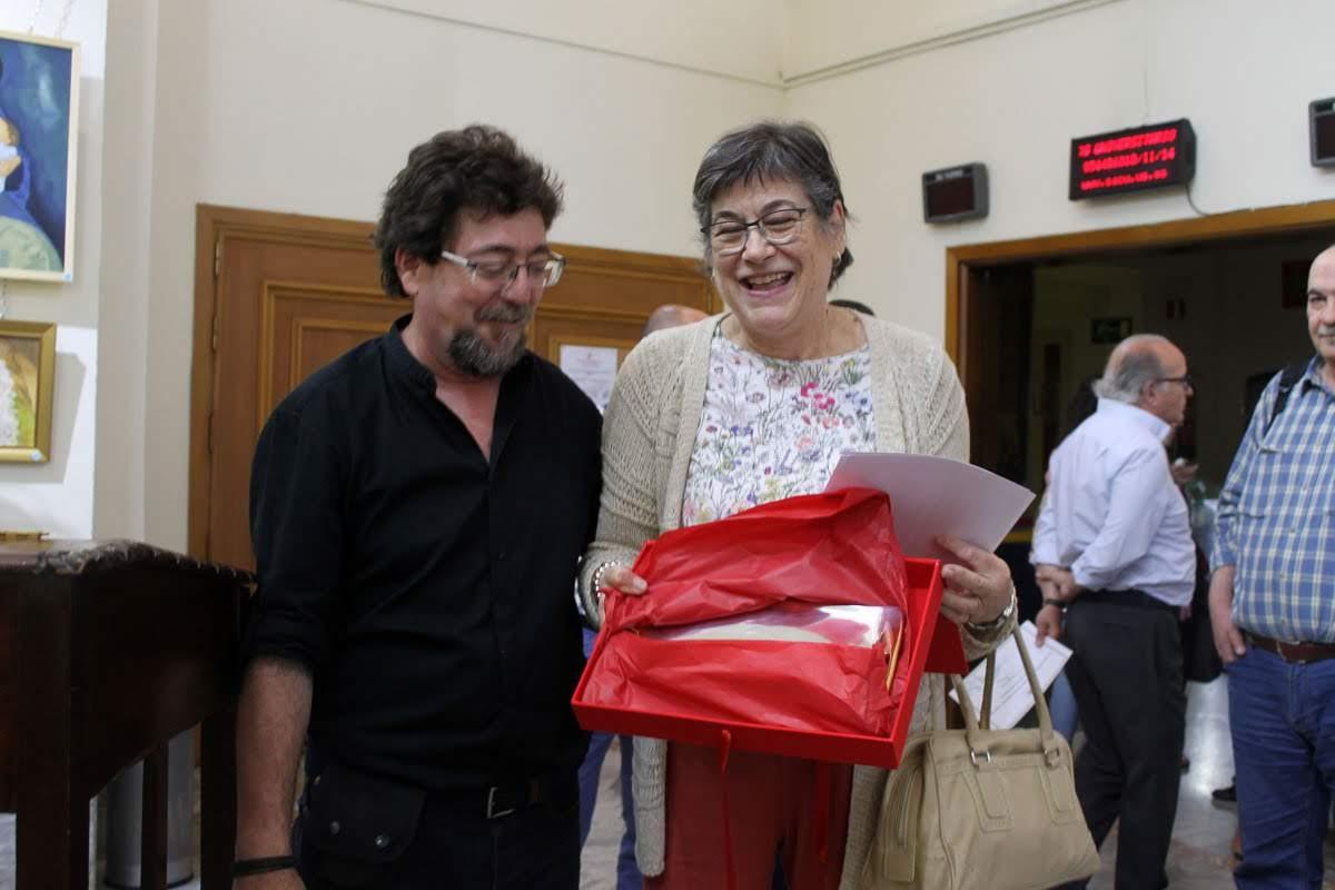 El profesor de fotografía, D. Luis Serrano, entrega el premio a Dª. Margarita Pérez Sánchez