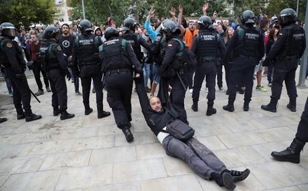 Decenas de heridos en catalu a por las cargas para evitar for Reale seguros oficinas