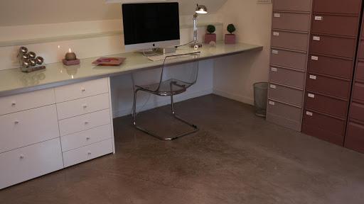 sol-de-cuisine-en-carrelage-recouvert-en-beton-cire-decoratif