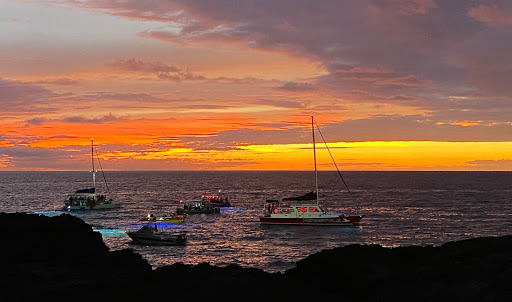 colorful-sunset.jpg - Amazing sunset over the Kailua-Kona bay as boats begin to gather for the manta rays event.