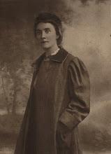 Photo: Annie van der Vliet was een tante van mijn moeder. Zij is geboren op 22-7-1877 in Amsterdam en overleden op 16-2-1918 in Queens, Long Island, New York. Vele jaren lang was zij tuberculose patiente en dat heeft uiteindelijk ook tot haar dood geleid. Zij behoorde tot de leidende figuren van de Rein Leven Beweging, tot zij in 1906 (toen ook deze foto is genomen) naar Amerika emigreerde om met Nicolaas Stadtfeld te trouwen. Hij was na zijn studie in Delft naar New York vertrokken, om als overtuigd pacifist hier de dienstplicht te ontlopen.