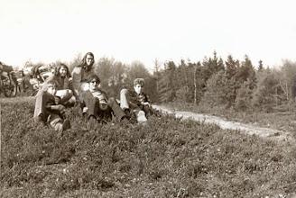 Photo: Visplas 1968, op de bult: Jan Kamping, Lute Hilberts en Bé Hadderingh. Marchie Mennega en Rineke Spijkstra