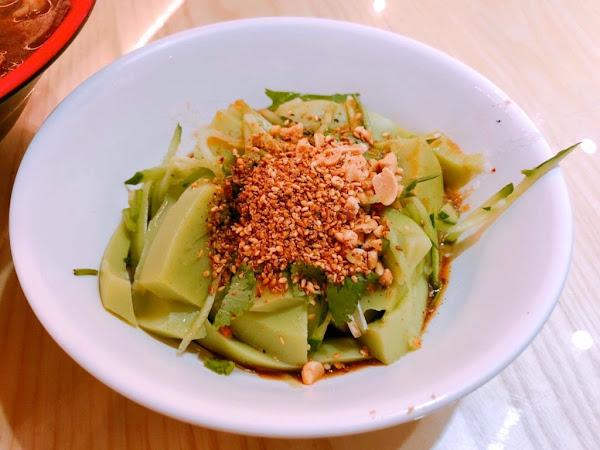 【桃園  忠貞誠】傳統市場-文青風米干專賣店。特色醬色湯頭、配料好吃