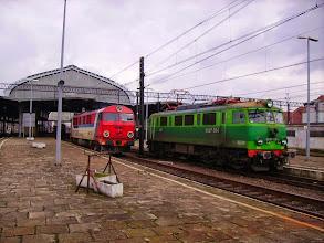 Photo: Legnica: SU46-011 podjeżdża do składu pociągu EC240 relacji Kraków-Hamburg, obok EU07-034 po odczepieniu od składu objeżdża go sąsiednim torem