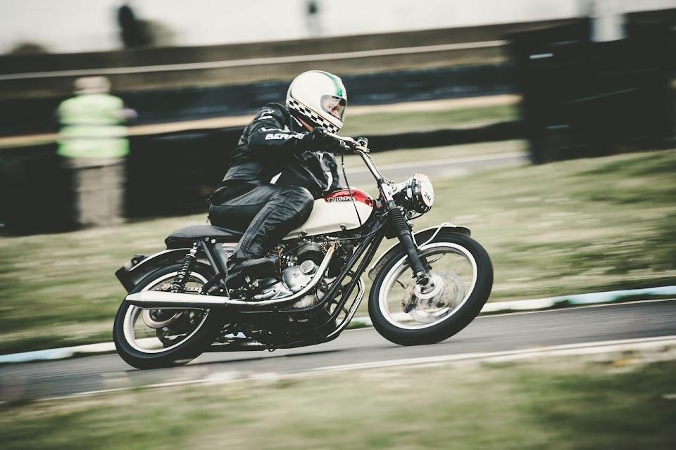 Marc with the super speed Triumph Bonneville T140 powered by Machines et Moteurs.