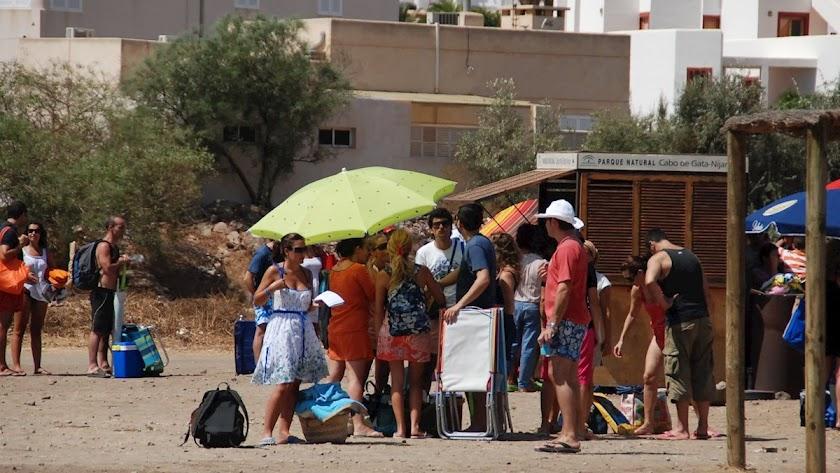 Viajeros esperando el bus en San José.