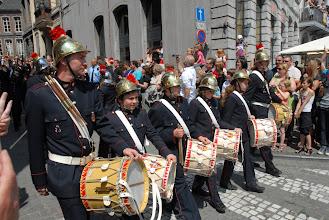 Photo: Encadrés par quelques adultes, les enfants remplissent consciencieusement leur rôle. D'abord, les tambours des pompiers .