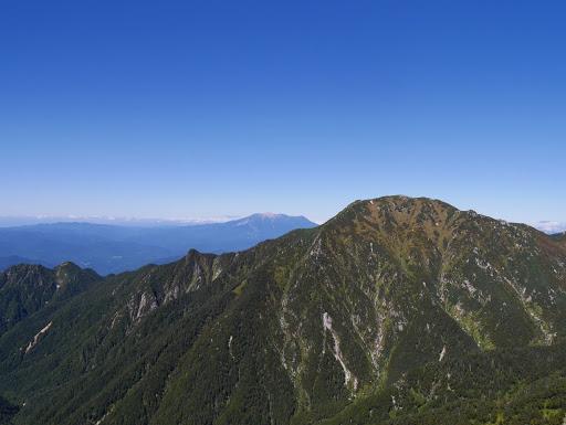 三ノ沢岳と奥に木曽御嶽山