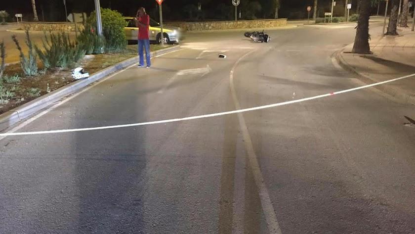 Imágenes de la cuerda y la moto (al fondo) tras el accidente. -Alfonso Muñoz