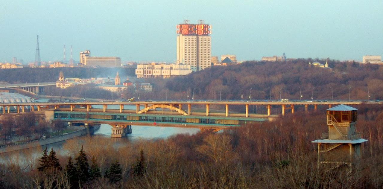 Photo: モスクワ、Воробьёвы горы (Vorobyovy Gory)、Лужнецкий метромост (Luzhniki Metro Bridge)  By Harald Kucharek via Wikimedia Commons (public domain)  http://goo.gl/TXoMjN   『ひまわり』 http://goo.gl/H4ystZ 『モスクワは涙を信じない』 http://goo.gl/MlcorS 『モスクワわが愛』 http://goo.gl/FgMmQq