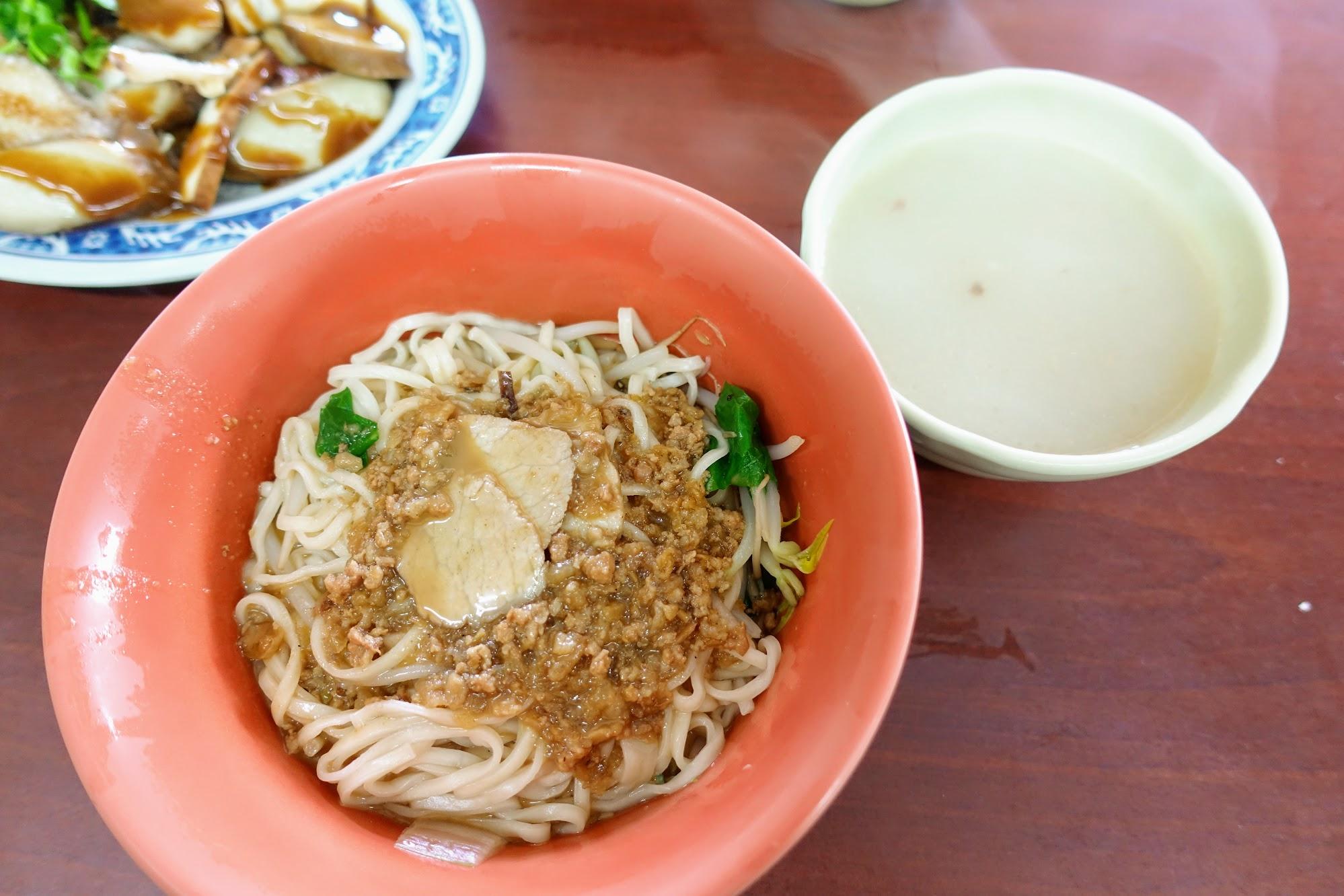 今天吃的麻將乾麵/小菜,旁邊那一碗清湯是隨附的,那湯是大骨湯,已經都是白顏色了呀!