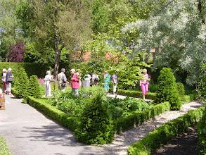 Photo: De deelnemers van de kerktuinendag bewonderen de kerktuin,  kenmerkend zijn driehoekige perken verwijzend naar de Drie-eenheid.