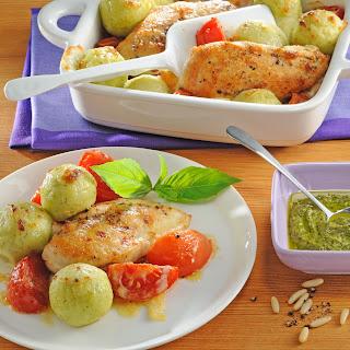 Basilikum-Knödel mit Hähnchenbrust, Schmortomaten und Mozzarella