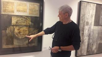 El artista mostrando una de sus obras.