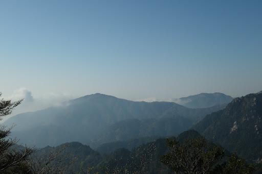 雲母峰(左)と入道ヶ岳(右)