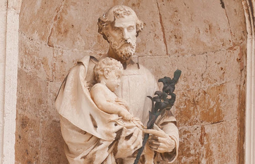 saint-statue.jpg -  A niched statue of Saint Joseph holding the infant Jesus in Old Dubrovnik.