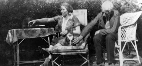 Photo: Elizabeth Maria (Betsy) Snel (1881-1947) en Hermann Fimmen (1882-1966) in 1930. Zij waren op 28-9-1921 in Bussum getrouwd. Van haar eerste man Sijbrand Jacobus Bouberg Wilson, directeur van de Amsterdamse toneelschool, was zij gescheiden. Betsy was een tante van mijn moeder en volgens zeggen haar leven lang communiste. Hij was de broer van de bekende internationale vakbondsleider Edo Fimmen en was nauw betrokken bij de Rein Leven Beweging.