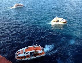 Photo: Costa Mediterranea jäi täälläkin lahdelle ja kuljetus rantaan tapahtui laivan pelastusveneillä