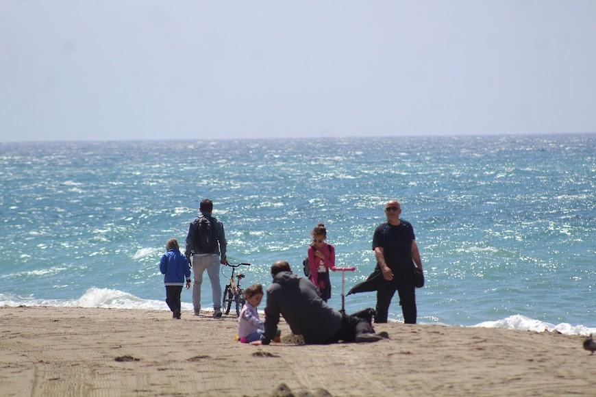 Los pequeños almerienses jugando en la playa de San Miguel.