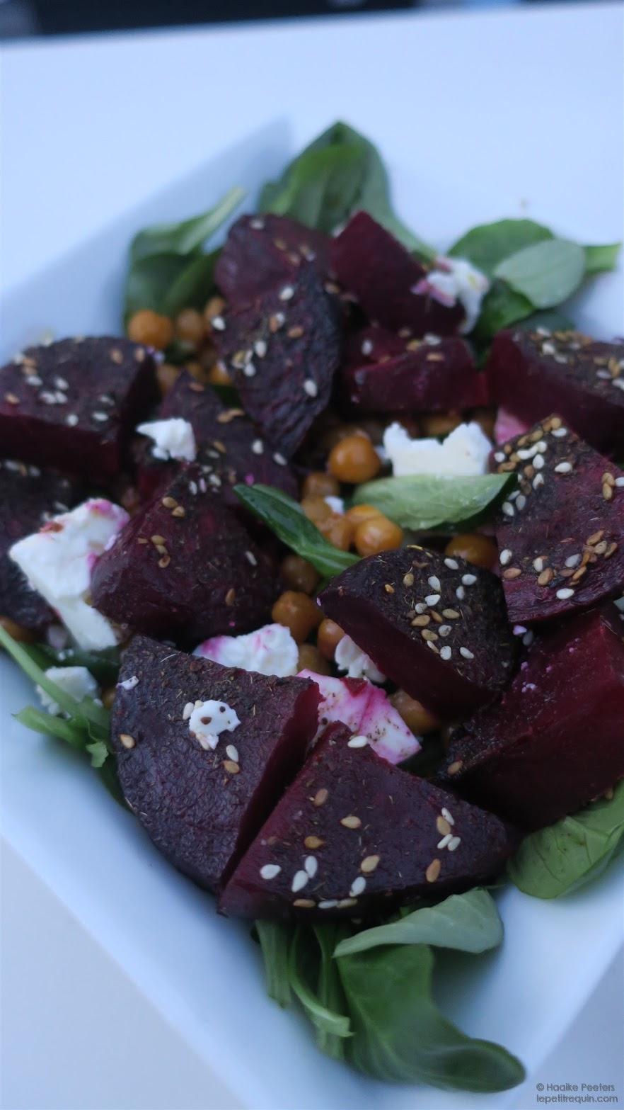 Salade met kikkererwten, rode biet en za'atar (Naturally Ella)