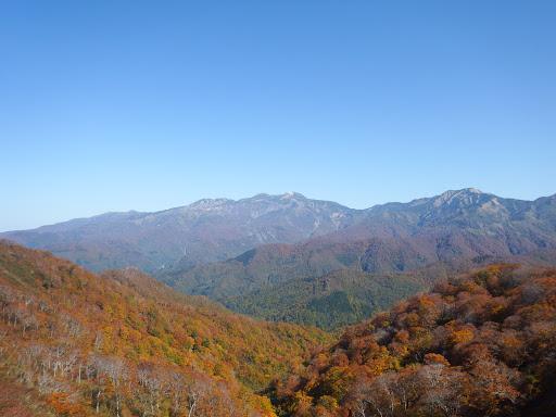紅葉と白山(中央)・別山(右)