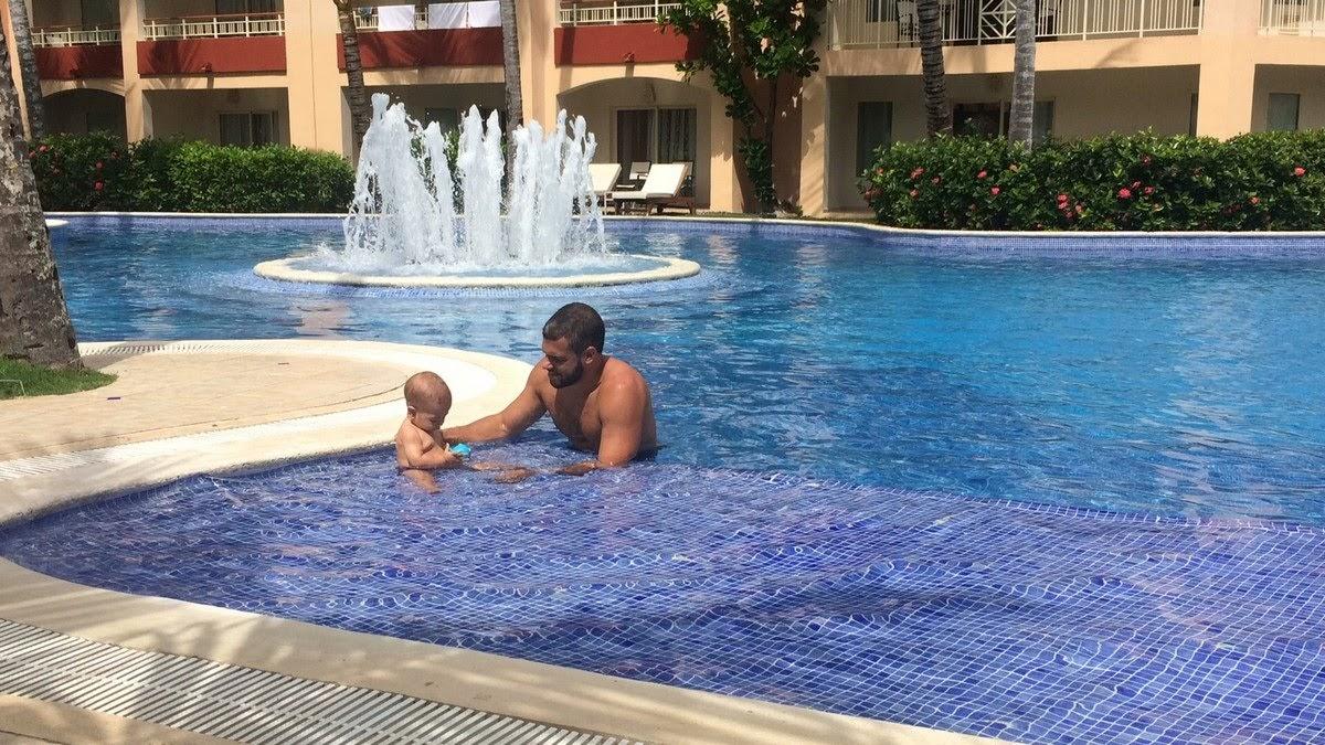 bebê e papai na piscina do majestic elegance punta cana