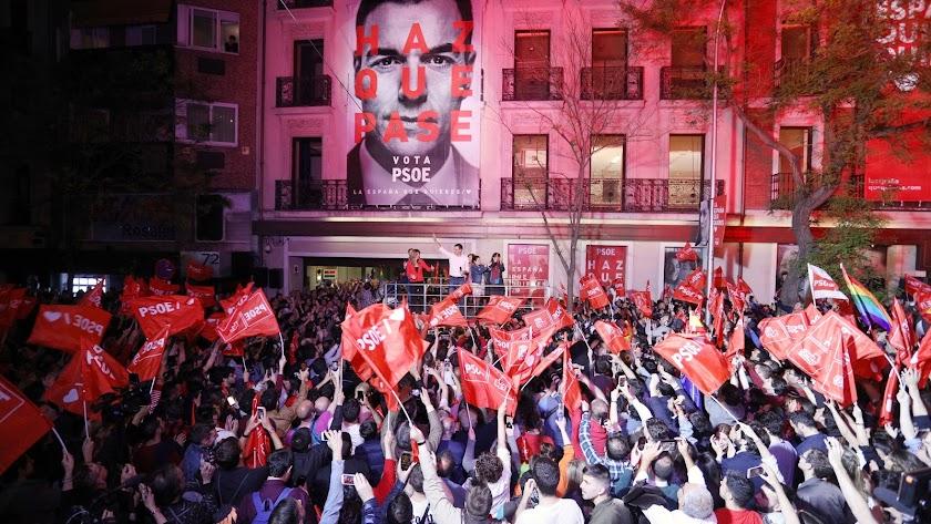 Pedro Sánchez en la puerta de la sede socialista en Madrid.