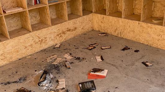 Un menor quema libros de la biblioteca abierta y casi hace arder la instalación