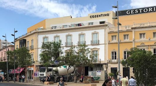 El reclamo publicitario se ha colocado en la terraza del edificio de la Puerta Purchena donde estuvo Almacenes Segura.
