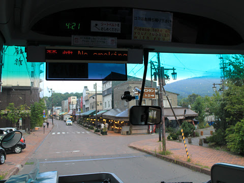 網走観光交通「まりも急行札幌号」 ・369 阿寒湖温泉街走行中