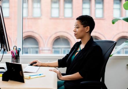 Una donna che lavora al computer di un ufficio moderno.