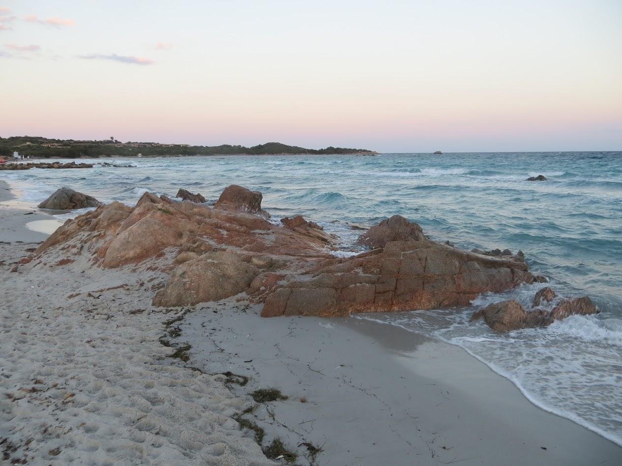 Камни у пролива через пляж Ла Чинта