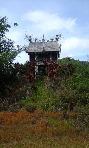 Makam Lencau Ingan, raja Apau Kayan dalam Tugu Perjuangan Kemerdekaan RI. (Foto: Yudha PS)