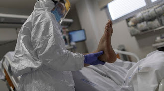 Un paciente en la UCI del Hospital Santa Sofía de San Sebastián de los Reyes.