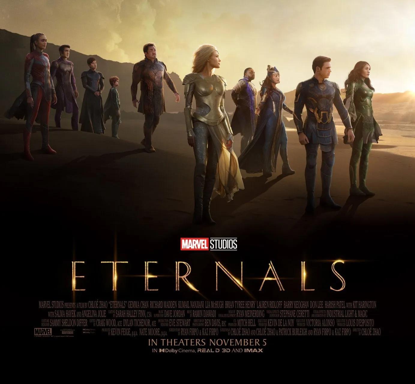 No primeiro plano estão os escritos sobre o filme e na parte de trás estão dez personagens vestidos em trajes de heróis coloridos. Filme Eternals Foto: Divulgação Marvel.
