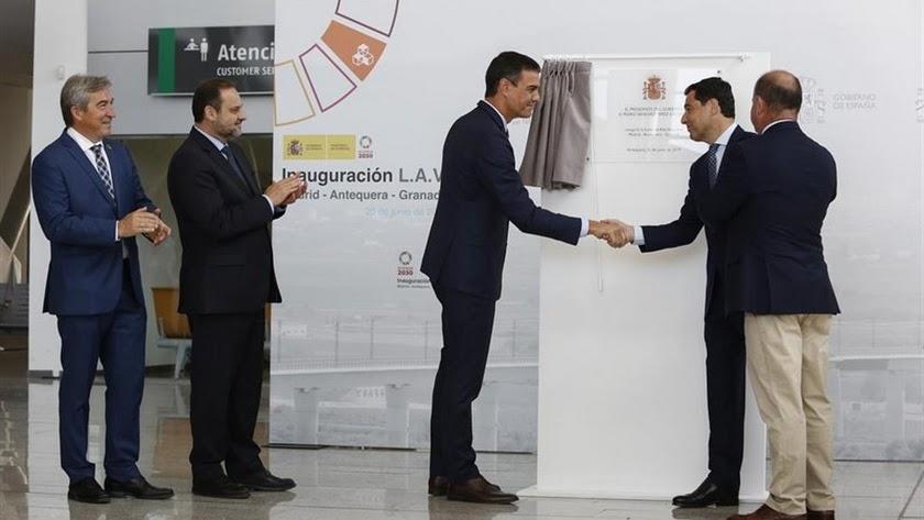 Juanma Moreno y Pedro Sánchez en la inauguración del AVE Granada.