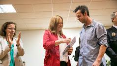 Ángel Cruz hace entrega de uno de los obsequios de la familia a la alcaldesa, Esperanza Pérez.