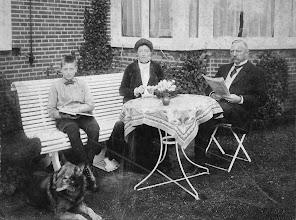 Photo: Everhardus Cornelis Post (geb. 31-03-1861 Winsch) Hillegonda Louisa Henrietta Wijchgel van Schildwolde met zoon Eisso Post (geb. Winsch)