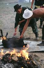 Photo: 03342 ナムジ家/ヤギ石焼料理準備/ボードック/首から下の皮を筒状に剥いだ中に解体した肉と焼石を詰めもどして、外側から火で焼く