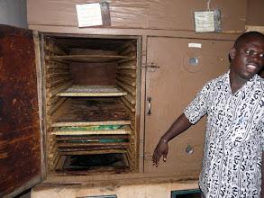 Photo: les plaques recouvertes de tranches d'ananas passeront 24 heures à sécher dans le four à gaz