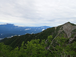 右に麦草岳(奥に乗鞍岳・木曽御嶽山など)
